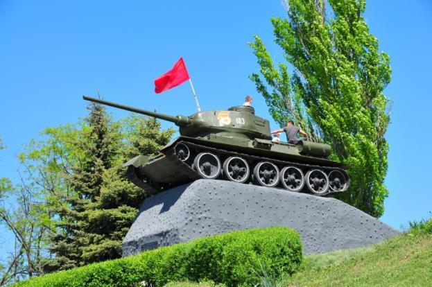 наше фото памятника танка в кургане ударить магниту молотком